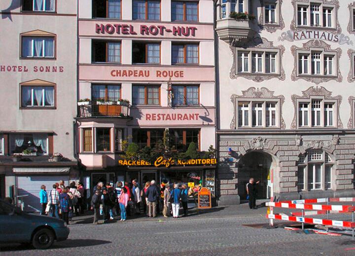 Als Grundlage für den späteren Erfolg kann die Miete des Ladenlokals Rot-Hut direkt am Klosterplatz betrachtet werden. Bis 2003 betreibt die Bäckerei Schefer dort eine Filiale.