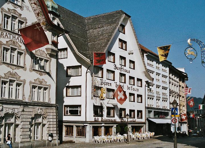 Erwerb der Liegenschaft Bären und Umzug der Filiale Klosterplatz in das Zunfthaus Bären.