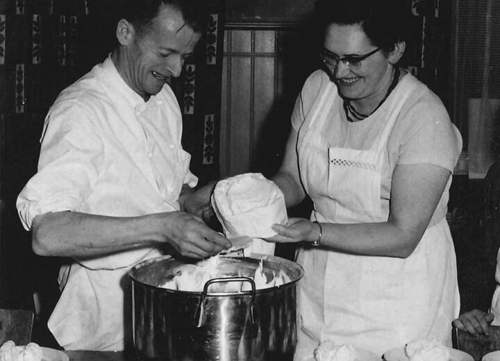 1955 legen Josy und Hans Schefer mit dem Erwerb einer kleinen Quartierbäckerei an der Nordstrasse 3 in Einsiedeln den Grundstein für das heutige Bäckerei/Konditorei-Unternehmen.