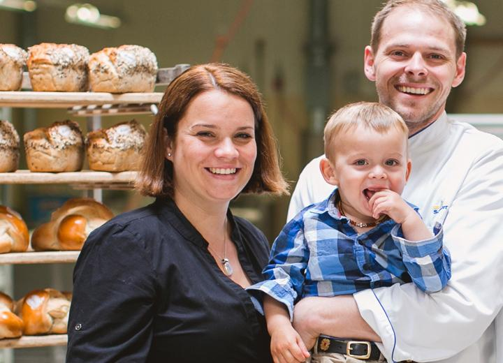 Raffael Schefer übernimmt zusammen mit seiner Frau Lucia die Leitung der Bäckerei Konditorei Schefer AG. In diesem Jahr feiert die Bäckerei das 60-Jahr-Jubiläum, die Bäckerei. Bis heute hat das Unternehmen 6 Verkaufsläden und beschäftigt 130 Mitarbeiter.