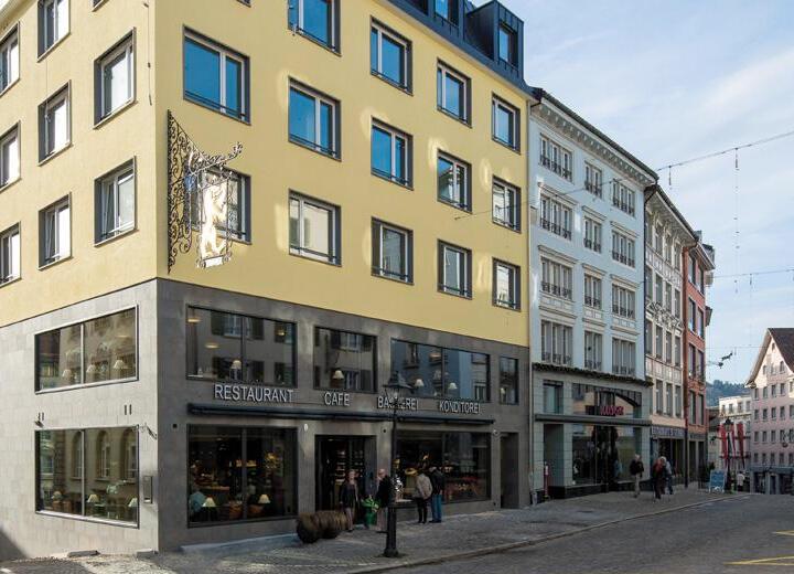 Am Klosterplatz wird das neuerbaute Zunfthaus Bären eingeweiht. Mit über 200 Sitzplätzen und einem einladenden Verkaufsgeschäft direkt am Klosterplatz lädt es zum verweilen ein.
